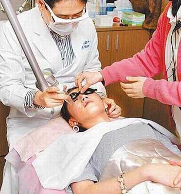 裴琳昨到美容诊所治疗满脸痘花