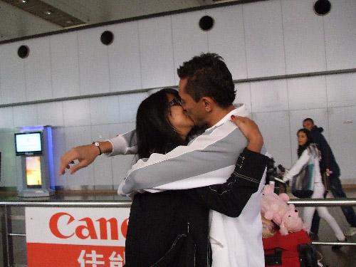 与爱妻热吻