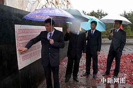 曾与刘焕松一起并肩战斗在抗冰复电抢险一线的李华美,轻抚着纪念碑上战友的名字。