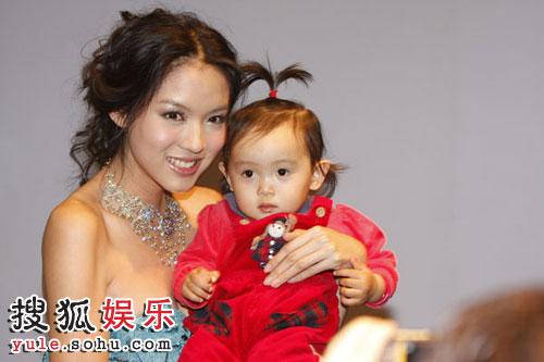 张梓琳与小朋友合影