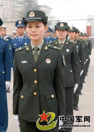 济南军区更换07式新军服 模特队现场演示图片