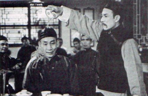 关德兴被石坚用水杯淋头,也抑怒不发。这类隐忍的大侠作风在我们中国的功夫武侠世界里十分常见。