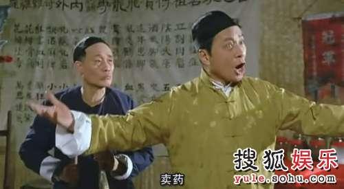 《奇谋妙计五福星》西瓜刨、曹达华。洪金宝这部戏很多好玩的场景,其中之一就是逛夜市碰到牙擦苏梁宽师兄弟重出江湖,在街边摆摊卖药。