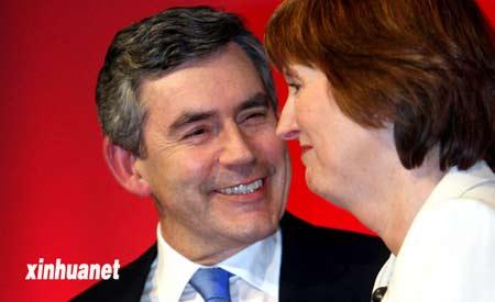 2007年6月24日,英国工党新任领袖戈登·布朗(左)与新任工党副领袖哈丽雅特·哈曼交谈。来源:新华网