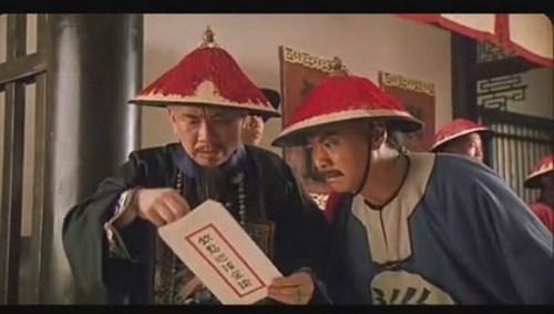 """《铁马骝》黄霑、袁信义。袁信义饰演的""""神爷""""混在污泥中,骨子里却是大仁大义。"""