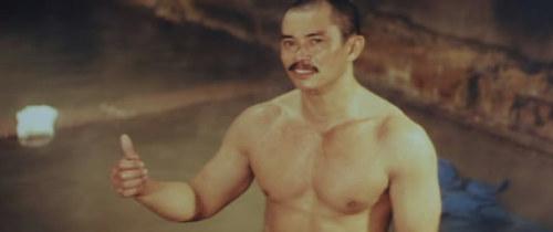 《新精武門》成龙版,陈星明显比早年大块,有一澡堂戏,很好的显示了那身后来练就的肌肉。到了与洪金宝合作的《三德和尚与舀米春》,陈星做正角,却有显得是那般猥琐。