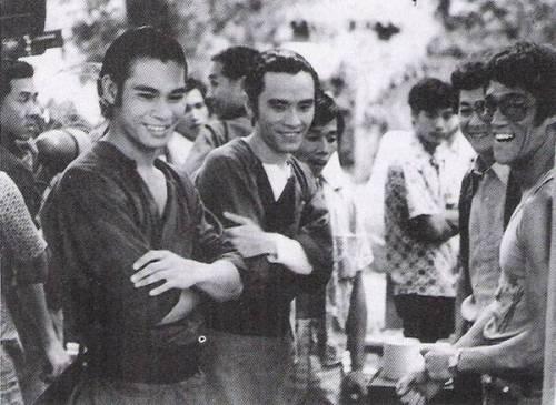 拍摄《刺马》时李小龙来探班。左边是陈观泰、姜大卫,李小龙旁边应该是他的好友小麒麟。