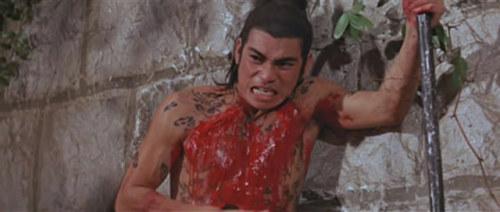 《水浒传》陈观泰饰演九纹龙。做张彻电影的男主角,有两件事是避免不了的,一是裸体、二就是一身是血。