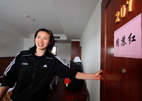 图文:女排抵达郴州开始集训 周苏红寻找房间