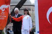 图文:土耳其第一棒美女火炬手展示火炬