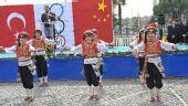 图文:身着民族服饰的土耳其小学生载歌载舞