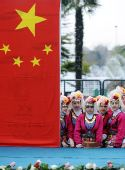 图文:伊斯坦布尔小学生在中国国旗下等待火炬