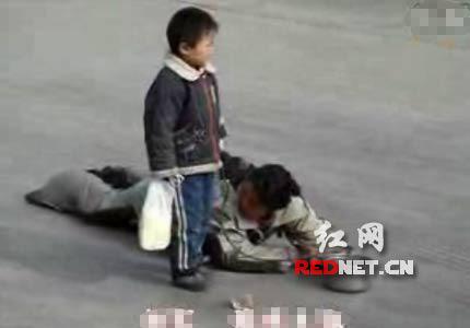视频截图:风吹来,一个报废的一次性杯子吹过母子面前。