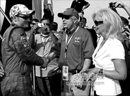 约翰·麦凯恩(中)携其妻子辛迪出席美国国家赛车联合会比赛开幕式。