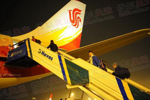 奥运官网报道团离开伊斯坦布尔 团员王飞登机