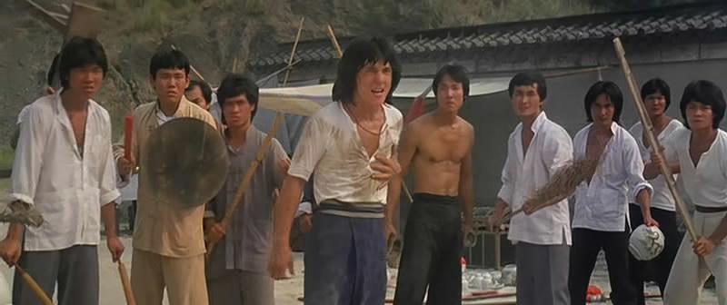 左起:太保、火星、黎强权、成龙、王坤、郑康业、元奎、冯克安(拿扁担后面那个拿铲的)。站在他们对面的是周润坚和权永文。