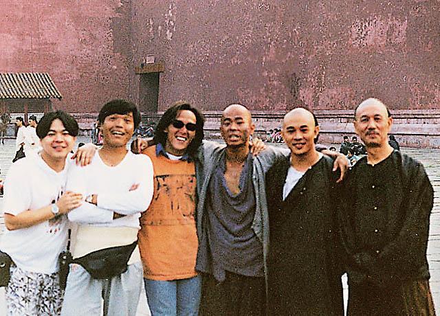 《狮王争霸》拍摄现场。左二起:元彬、易天雄、、熊欣欣、李连杰、刘洵