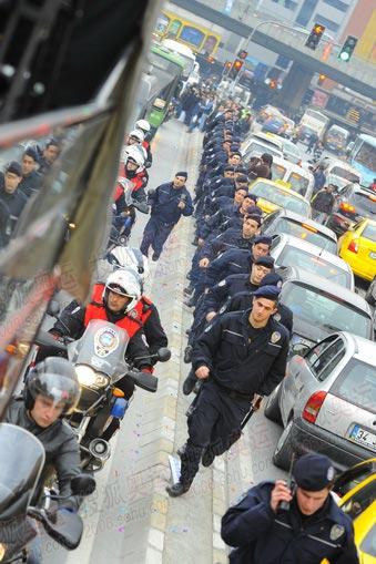 护跑的防暴警察