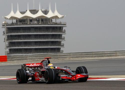 图文:[F1]巴林站首次练习赛 汉密尔顿进行练习