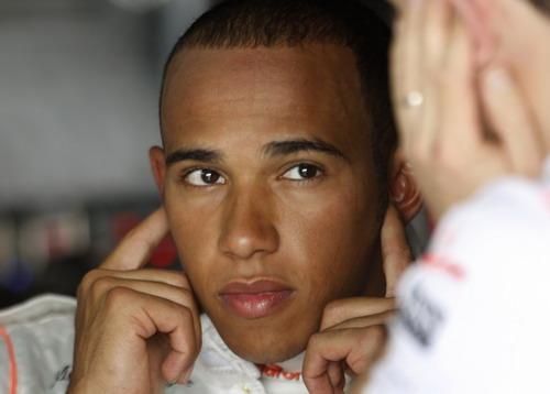 图文:[F1]巴林站首次练习赛 汉密尔顿堵住双耳