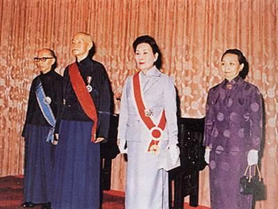 """1972年第五次当选""""总统""""后,蒋介石夫妇和副""""总统""""严家淦夫妇在一起"""