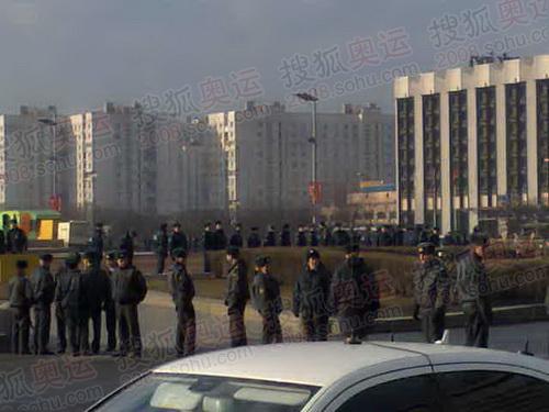 胜利广场上警察密布 摄影/李东雷