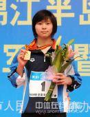 图文:女子100米蛙泳决赛结束 陈慧佳微笑领奖