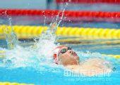 图文:4x100米男混接力决赛 向前拍水浪花四溅
