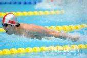 图文:4x100米男混接力决赛 飞鱼出水大口换气