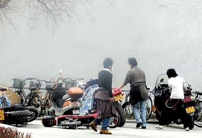 3月14日,暴徒在拉萨朵森格路疯狂地打砸抢烧,肆无忌惮地冲击西藏日报社,并损毁车辆。