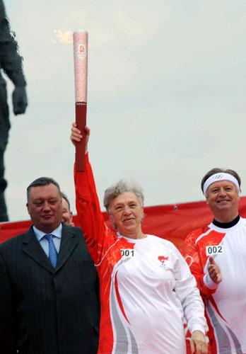 圣彼得堡第一棒火炬手高举圣火