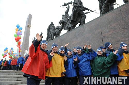 当地学生在圣火传递起点――胜利广场欢呼