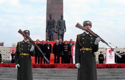 火炬传递开幕仪式上表演的俄罗斯军人