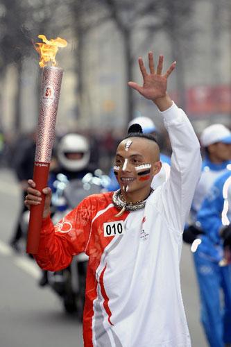 4月5日,中国云南哈尼族火炬手虾嘎手持火炬传递。当日,北京奥运会圣火传递活动在俄罗斯圣彼得堡举行,这是北京奥运会圣火境外传递第三站。 新华社记者戚恒摄