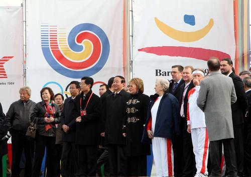 蒋效愚与圣彼得堡市长和火炬手在起跑仪式现场