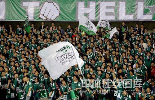 图文:[中超]浙江0-2青岛 球迷摇旗呐喊
