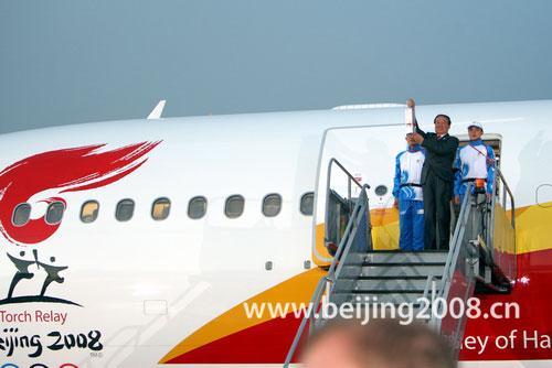 北京奥组委执行副主席蒋效愚手持火种灯走出舱门