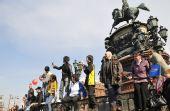 图文:奥运圣火传至圣彼得堡 广场上等待的人们