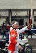 图文:圣火传至圣彼得堡 俄奥委会主席传递火炬