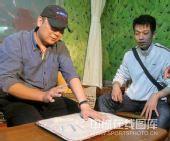 图文:射击队植奥运冠军树 贾占波留手印供展出