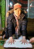 图文:射击队植奥运冠军树 杜丽留下手印供展出