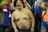 图文:[中超]申花2-1天津 球迷脱衣庆祝