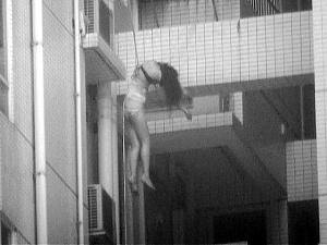 女死者被套上绳索送下楼。梁文祥摄 图片来源:南方日报