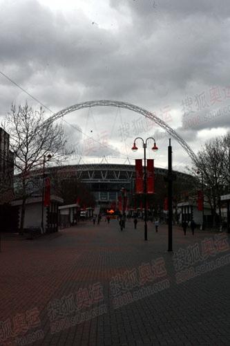 图文:奥运火炬英国站传递沿路风景 温布利球场