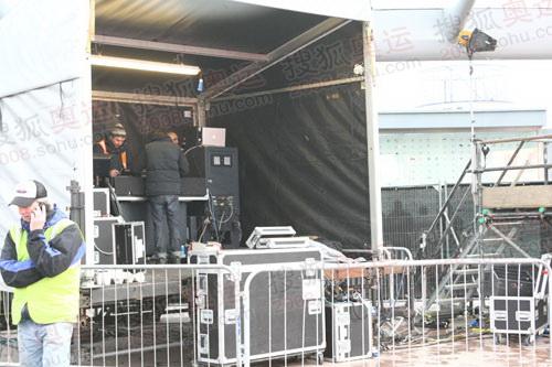 图文:伦敦终点主会场 工作人员正在调试音响