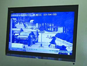 在物业公司的闭路电视上可以清晰地看到周杰和保安发生了肢体接触