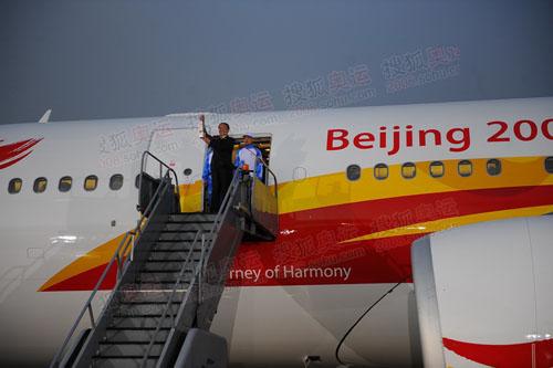 圣火号在风雨中抵达伦敦,蒋效愚高举火种走出机舱