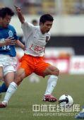 图文:[中超]深圳1-1广州 带球突破