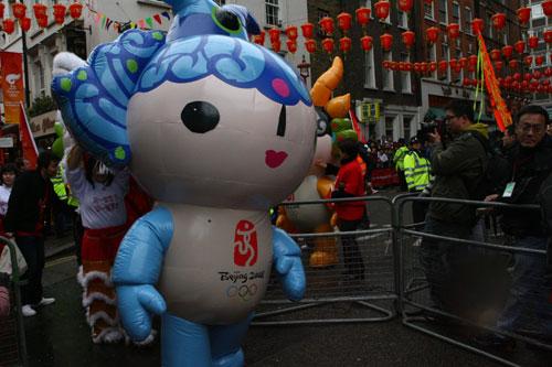 图文:北京奥运圣火抵达伦敦唐人街 福娃