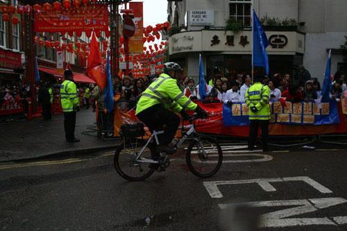 图文:圣火抵达伦敦唐人街 警察骑车巡逻
